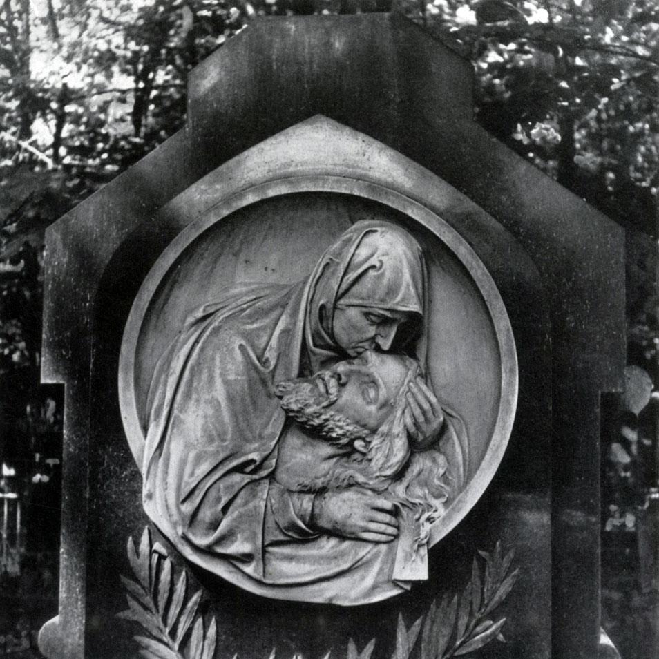 Памятник Роза из двух видов гранита Торопец