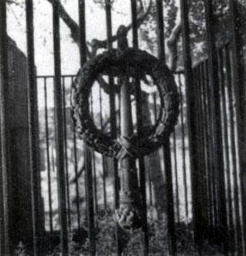 Н. Е. Лансере. Надгробие С. С. Боткина 1912. Гранит, бронза. Ленинград, Некрополь мастеров искусств