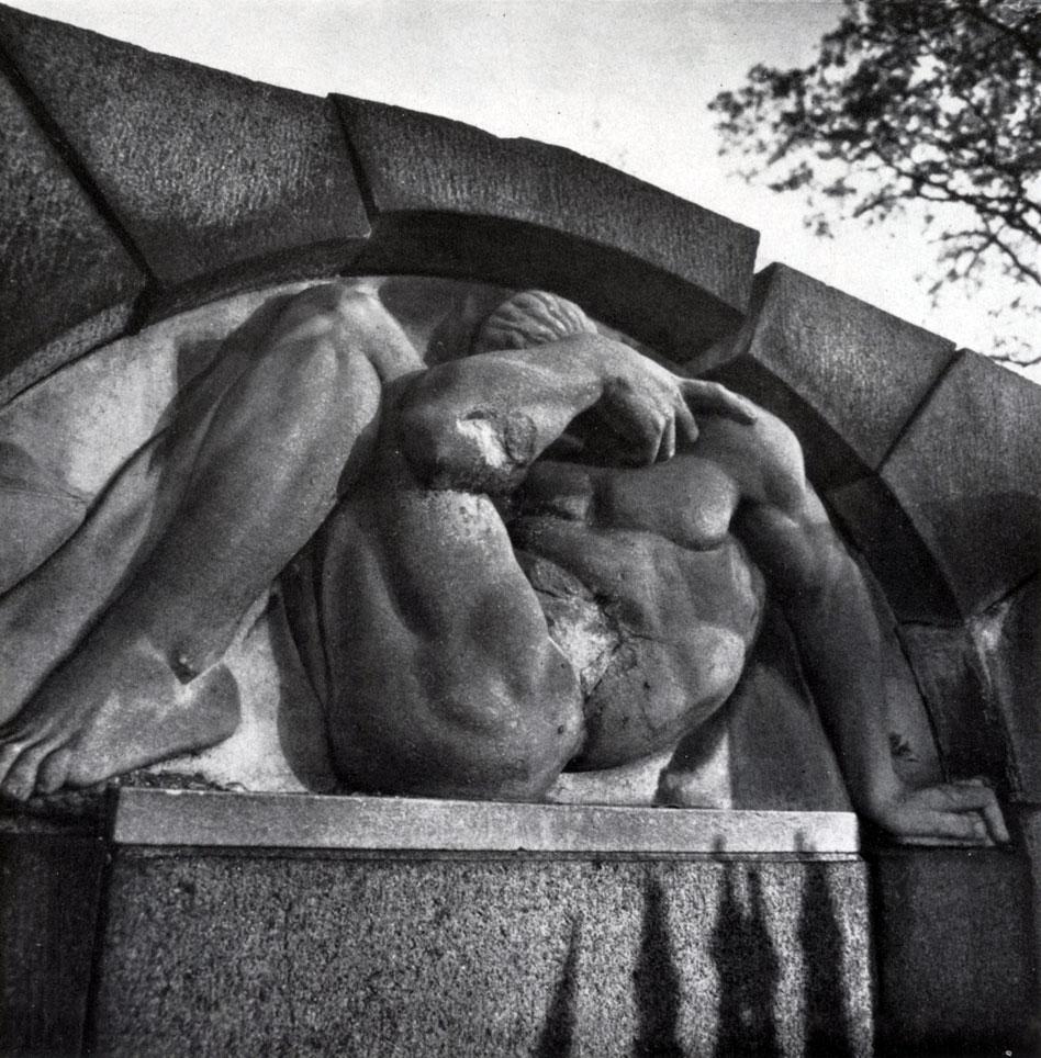 В. В. Кузнецов. Надгробие неизвестного 1910-е годы. Гранит, мрамор. Ленинград, Смоленское (лютеранское) кладбище